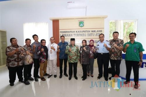 Bupati Malang HM. Sanusi (tengah pakai peci) saat meresmikan Gedung LTSA-PMI.