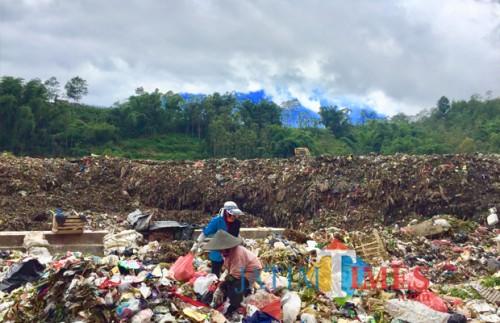 Petugas sedang memilah sampah di TPA, Desa Tlekung, Kecamatan Junrejo. (Foto: Irsya Richa/MalangTIMES)