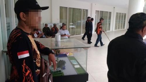 Puluhan massa yang diduga anggota pemuda pancasila saat meluruk kantor Tirtasani Royal Resort (Foto : Istimewa)
