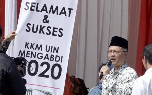 Rektor UIN Malang Prof Dr Abdul Haris MAg saat melepas mahasiswa peserta KKM UIN Mengabdi 2020. (Foto: Humas)