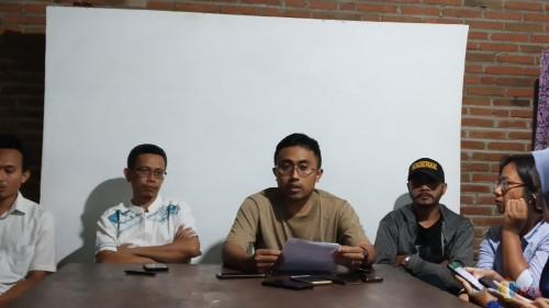 Koordinator MCW M. Fahrudin (tengah) didampingi Dewan Pengurus MCW Lutfi J Kurniawan (dua dari kiri) saat ditemui wartawan di kantor MCW (Pipit Anggraeni/MalangTIMES).