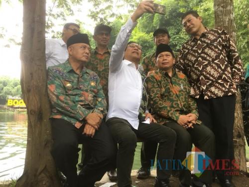 Mentri Desa PDTT, Abdul Halim Iskandar (pegang handphone) beserta Bupati Malang HM Sanusi (duduk paling kiri) saat membuat video vlog di Eko Wisata Boonpring (Foto : Ashaq Lupito)