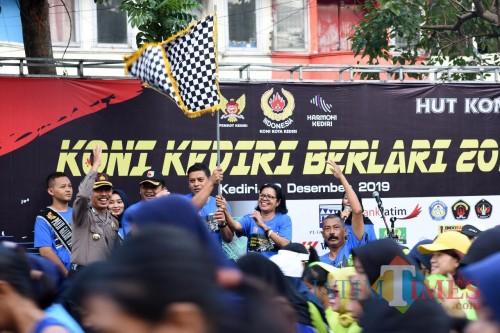 Wali Kota Kediri Abdullah Abu Bakar saat memberangkatkan para peserta lari. (eko Arif s /JatimTimes)