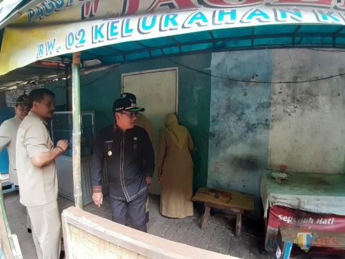 Wali Kota Malang Sutiaji (baju hitam) dan rombongan saat meninjau salah satu area penjualan makanan di Jl MGR Sugiyo Pranoto Kota Malang (Arifina Cahyanti Firdausi/MalangTIMES)