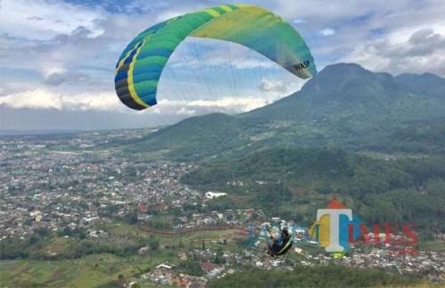 Wisata paralayang di Wana Wisata Paralayang, Kelurahan Songgokerto, Kecamatan Batu. (Foto: Irsya Richa/MalangTIMES)