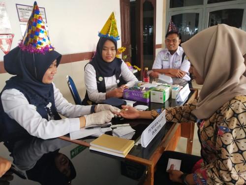 Suasana pelayanan pemeriksaan kesehatan gratis di salah satu stasiun wilayah Daop 8 (Foto: Istimewa)