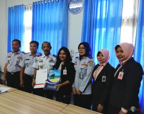 Dishub Kabupaten Malang siap lancarkan razia tahun 2020 untuk sisir kendaraan tak uji kir. (Dalam foto) Hadi Lutfi Kepala Dishub (3 dari kiri) dan Tutuk Handayani (3 dari kanan) (dd nana)