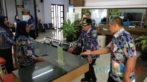 Wali Kota Malang Sutiaji (topi hitam) saat melakukan sidak ke Kantor Pelayanan Terpadu, Kamis (2/1) (Arifina Cahyanti Firdausi/MalangTIMES)