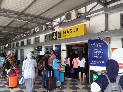 Aktivitas lalu lalang penumpang kereta api di pintu masuk Stasiun Malang. (Arifina Cahyanti Firdausi/MalangTIMES)