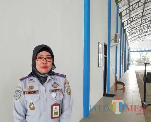 Kepala UPT PKB Dishub Kabupaten Malang Tutuk Handayani di balai uji kir Talangagung, Kepanjen. (dd Nana)