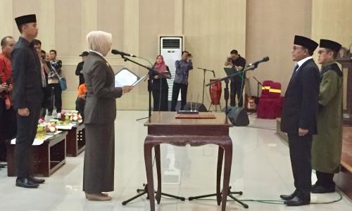 Sunaedy mengucapkan sumpah janji yang dipimpin oleh Wali Kota Batu Dewanti Rumpoko diGraha Pancasila, Balai Kota Among Tani, Jumat (3/1/2020). (Foto: Irsya Richa/MalangTIMES)