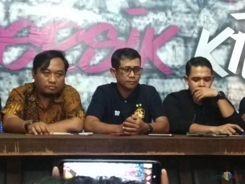 Joko Susilo (tengah) pelatih Persik bersama CEO Persik Kediri Abdul Hakim (kanan) dan manajer Persik Beny Kurniawan saat gelar press rilis. (eko Arif s /JatimTimes)