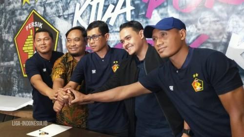 Joko Susilo tengah saat dikenalkan manajemen Persik Kediri sebagai pelatih baru (Liga Indonesia)