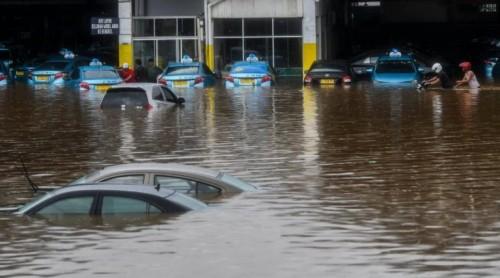 Mobil yang tergenang banjir (100kpjdotcom)