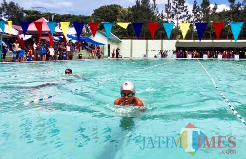 Para perenang saat berlomba di kolam renang Tirta Bhuana Cakti Pusdikarhanud, Pendem, Kecamatan Junrejo, beberapa waktu lalu. (Foto: Irsya Richa/ MalangTIMES)