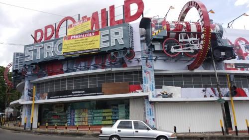 Papan peringatan dipasang Badan Pendapatan Daerah (Bapenda) Kota Malang terhadap iklan yang tak melakukan pembayaran pajak. (Pipit Anggraeni/MalangTIMES).