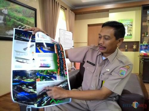 Kepala DPKPCK Kabupaten Malang Wahyu Hidayat saat memperlihatkan desain rencana pembangunan Alun-Alun Kepanjen, beberapa tahun lalu. (Foto: Dokumen MalangTimes)
