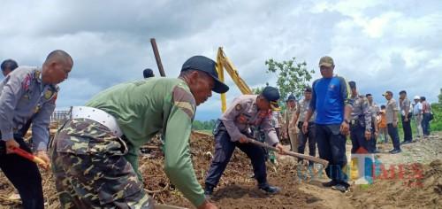 Tersumbat Sampah, Polres Blitar dan Tim Gabungan Bersihkan Lokasi Proyek Normalisasi Sungai Unut