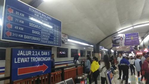 Para penumpang tengah memasuki kereta di Stasiun Kotabaru Malang. (Foto: Nurlayla Ratri/MalangTIMES)