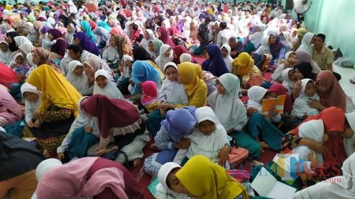 Suasana kegiatan parenting yang dilakukan MI Sulaimaniyah di Mojoagung, Jombang. (Foto : Adi Rosul / JombangTIMES)