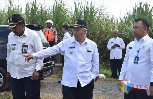 Bupati Malang Sanusi (tengah) saat meninjau rencana lokasi hibah untuk pembangunan kampus UB Fakultas Kedokteran di wilayah Kepanjen. (dok MalangTimes)