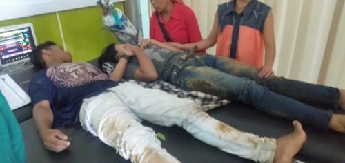 Kedua korban saat dilarikan ke rumah sakit oleh warga sskitar (foto : istimewa / Jatim TIMES)
