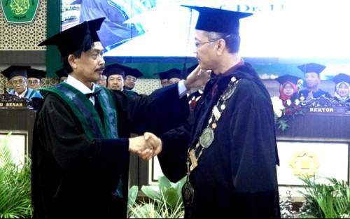 Profesor Dr H M Zainuddin MA (kiri) mendapat ucapan selamat dari Rektor UIN Malang Prof Dr Abd Haris MAg. (Foto: Humas)