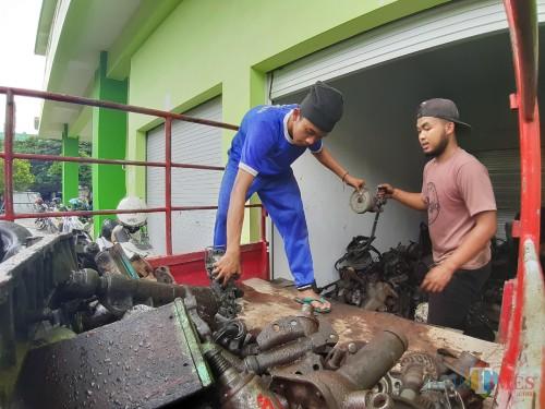 Aktivitas pedagang saat memindahkan barang dagangannya ke lapak Pasar Baru Timur Comboran Malang. (Arifina Cahyanti Firdausi/Malang)