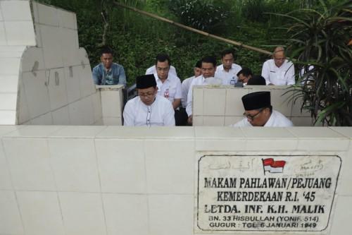 Wali Kota Malang Sutiaji dan Wakil Wali Kota Malang Sofyan Edi Jarwoko saat doa bersama dan tabur bunga di pusara pahlawan KH. Malik (Humas Pemkot Malang).