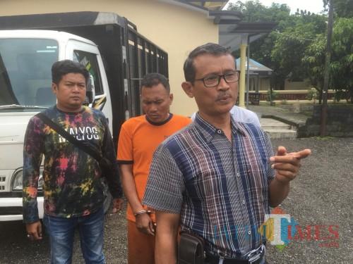 Tersangka Sudiono alias Kaduk (baju tahanan warna oranye) saat menjalani proses penyidikan di kantor Mapolsek Kepanjen (Foto : Ashaq Lupito / MalangTIMES)