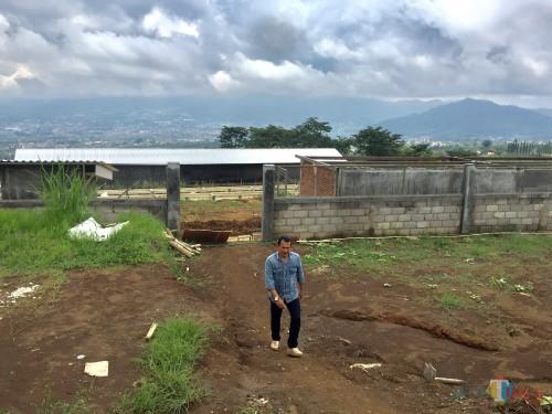 Didik Mahmud,  ketua Komisi C DPRD Kota Batu saat sidak diDesa Bulukerto, Kecamatan BumiajiKamis (9/1/2020). (Foto: Irsya Richa/MalangTIMES)