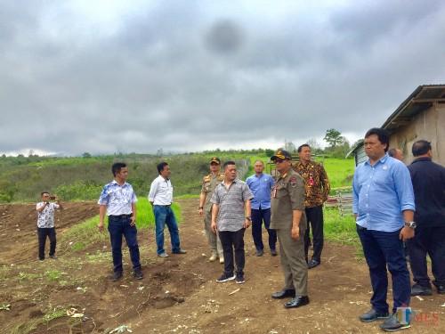 DPRD Kota Batu bersamaDPMPTST dan Naker) dan Satpol PP saat sidak di area Desa Bulukerto, Kecamatan Bumiaji,Kamis (9/1/2020). (Foto: Irsya Richa/MalangTIMES)