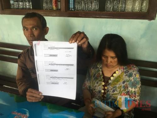 Soetopo (kiri pegang berkas) beserta istrinya saat menghadiri agenda persidangan di Pengadilan Negeri Kepanjen (Foto : Ashaq Lupito / MalangTIMES)