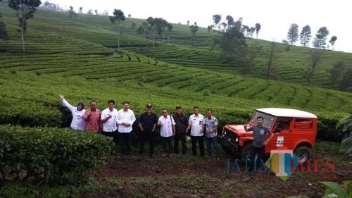 DPRD Kabupaten Malang, Disparbud, pihak PTPN XII serta tokoh masyarakat berpose dengan latar perkebunan teh Wonosari. (DPRD for MalangTimes)