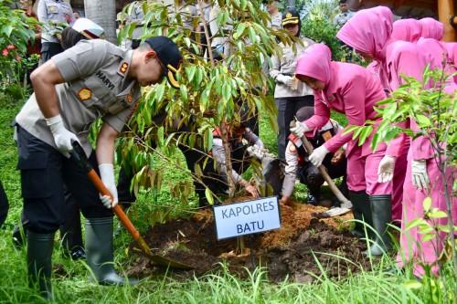 Kapolres Batu AKBP Harviadhi Agung Prathama saat menanam pohon di Mako Polres Batu.