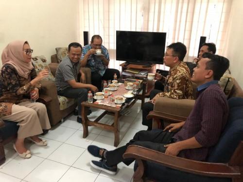 Kepala Diskominfo Jatim Benny Sampir Wanto ketika berkunjung ke Komisi Informasi