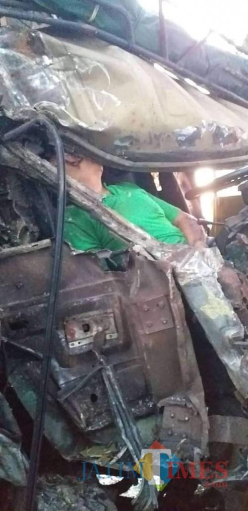 Korban saat masih terjepit di kabin mobil sebelum dievakuasi. (Foto: Puji San/JatimTIMES)