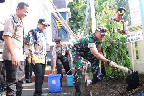 Forkopimda Kota Malang, saat melakukan penanaman pohon di depan Mapolresta Malang Kota (ist)