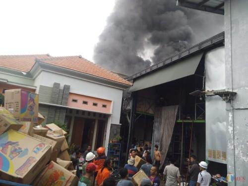 Kondisi kebakaran di gudang mainan milik Wahyudi di Jalan Abdul Rahman Saleh Jombang. (Foto: Adi Rosul / JombangTIMES)