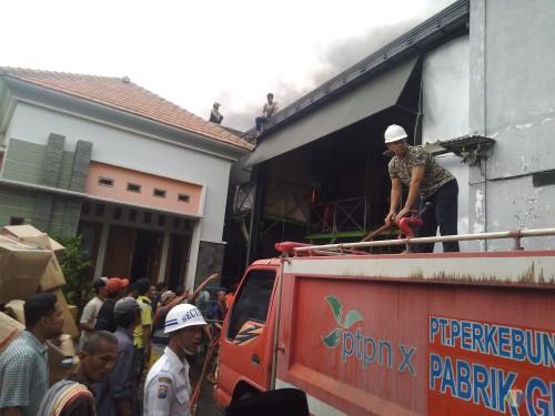 Proses pemadaman api di gudang mainan anak-anak di Jombang. (Foto : Adi Rosul / JombangTIMES)