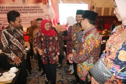 Gubernur Jawa Timur Khofifah Indar Parawansa (jilbab merah) saat menyambut Kepala Daerah se-Jatim dalam Rakor dan Sinergi Penyelenggaraan Pemerintahan di Provinsi Jawa Timur, Kamis (9/1) (Foto: Humas Pemkot Malang)