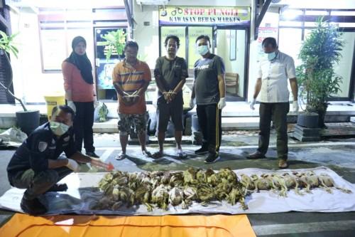 Dua orang pelaku bisnis ayam tiren dan barang bukti diamankan di Mapolres Blitar Kota