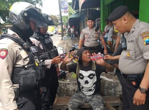 Salah seorang oknum penjual stiker yang ditertibkan petugas di kawasan Gadang (ist)