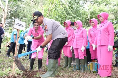 Kapolres Tulungagung AKBP Eva Guna Pandia saat tanam pohon (Foto: Istimewa / TulungagungTIMES)