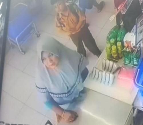 Terduga pelaku gendam bermotif tukar uang (hijab abu-abu) saat terekam kamera CCTV. (Foto : Istimewa)