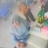 Viral, Ibu-Ibu Pelaku Aksi Gendam Bermotif Tukar Uang Terekam CCTV