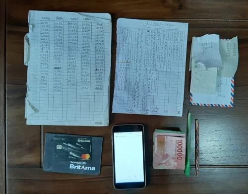 Barang bukti perjudian togel yang diamankan petugas dari tangan tersangka Bambang Suhermanto.