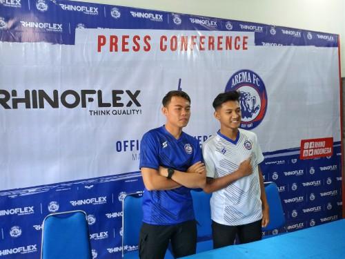 Vikrian Akbar (biru) dan Titan Agung saat menjadi pemain yang mengenalkan jersey pra musim Arema FC (Hendra Saputra)