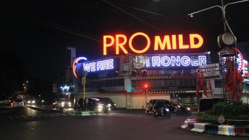 Papan reklame 3D Promild di atas Toko Avia Kota Malang. (Yogi Iqbal/MalangTIMES)