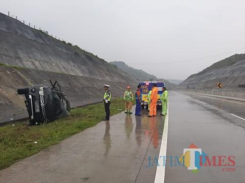 Salah satu mobil yang mengalami tragedi aquaplaning saat melintas di ruas jalan tol yang menghubungkan Malang menuju Pandaan (Foto : Dokumen MalangTIMES)